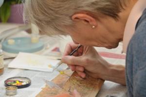 Konzentriert und geschickt setzt Christa Windloff Farbe auf ihre Elfenfigur