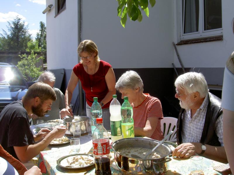 gemeinsames Essen im Garten